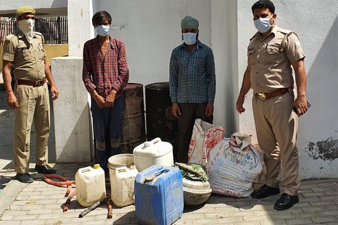 POLICE ARRESTED ILLEGAL LIQUOR SMUGGLING IN RABUPURA GREATER NOIDA